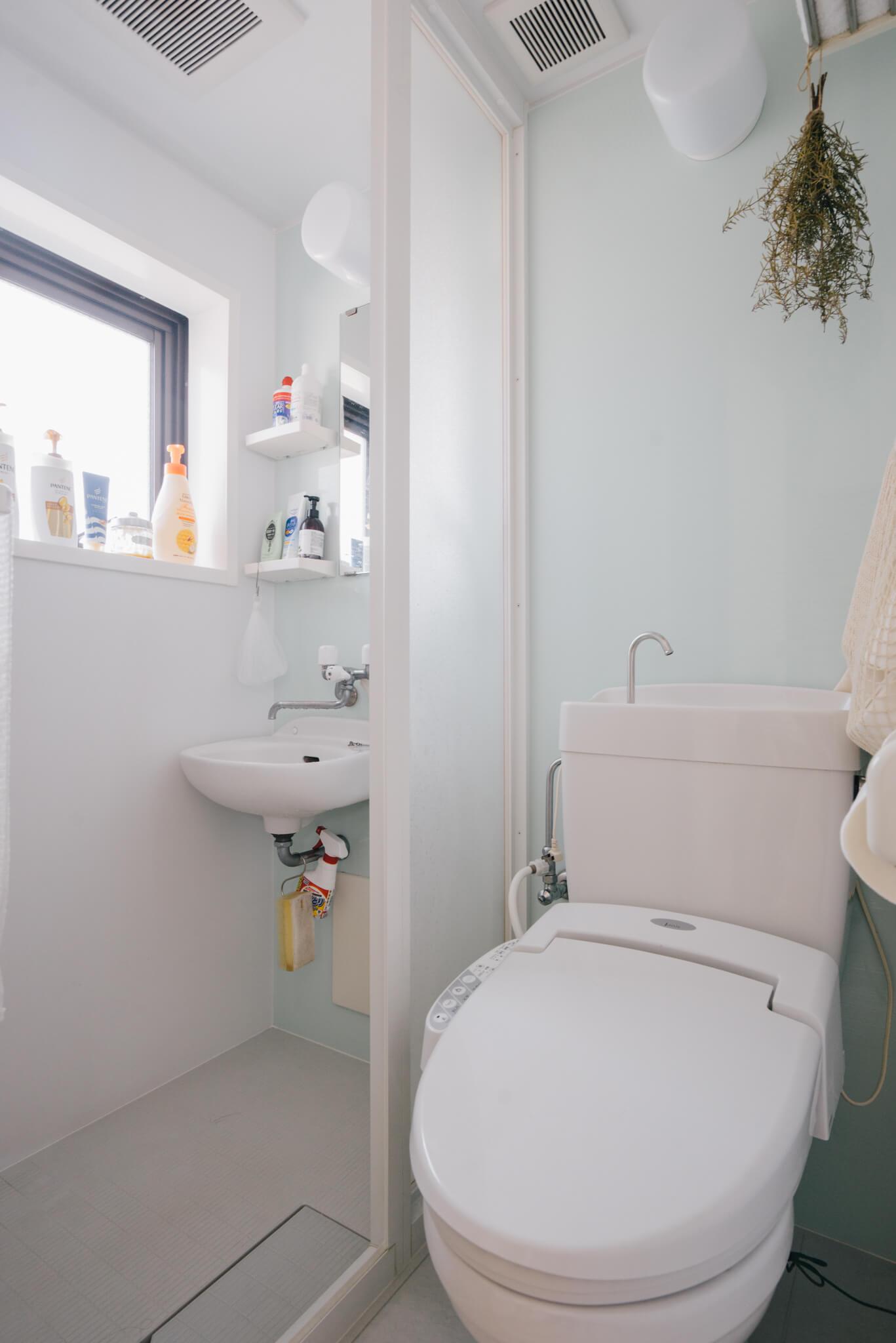 水回りはコンパクトで、シャワールームとトイレのみ。ちょっとしたところにグリーンを飾って、味気ない空間にならないように工夫。