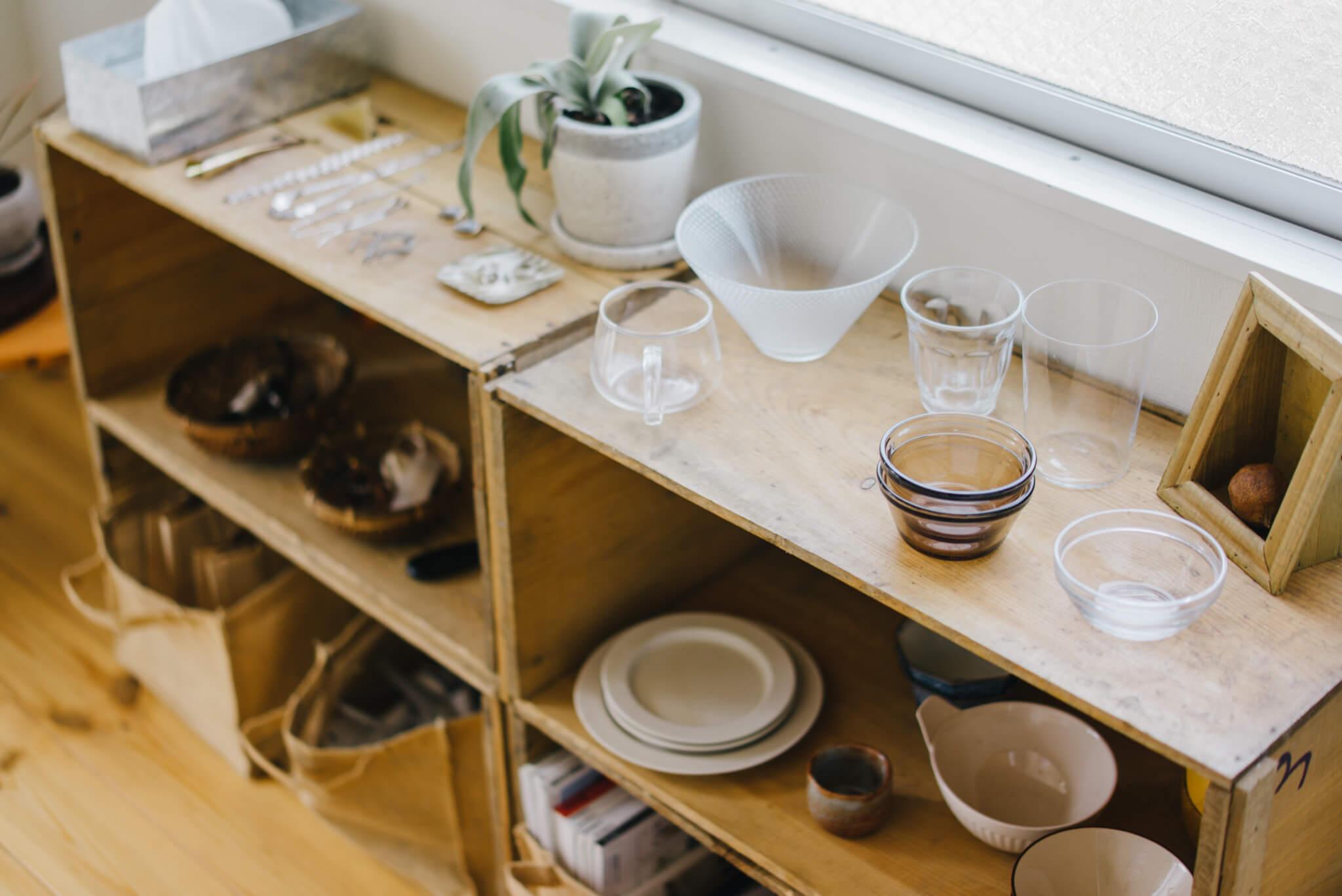 食器やアクセサリーなど、日常使いする物が収められているのに、まるでお店屋さんのような雰囲気。