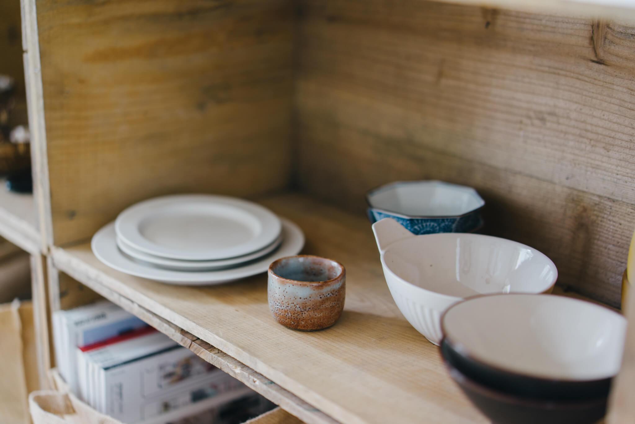 右側の棚にはお気に入りの器。白い丸皿はイイホシユミコさんのもの。「マットな質感がすごく好きで、集めたいなと思っているんです」