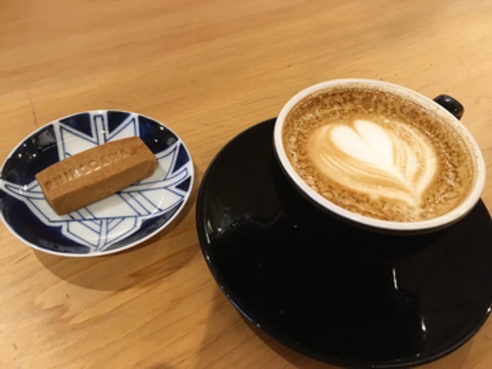 全国各地のロースターから仕入れたこだわりの豆が楽しめるのもポイント。コーヒーと一緒に、「SHINAGAWA」と刻印されたお菓子もいただきました。