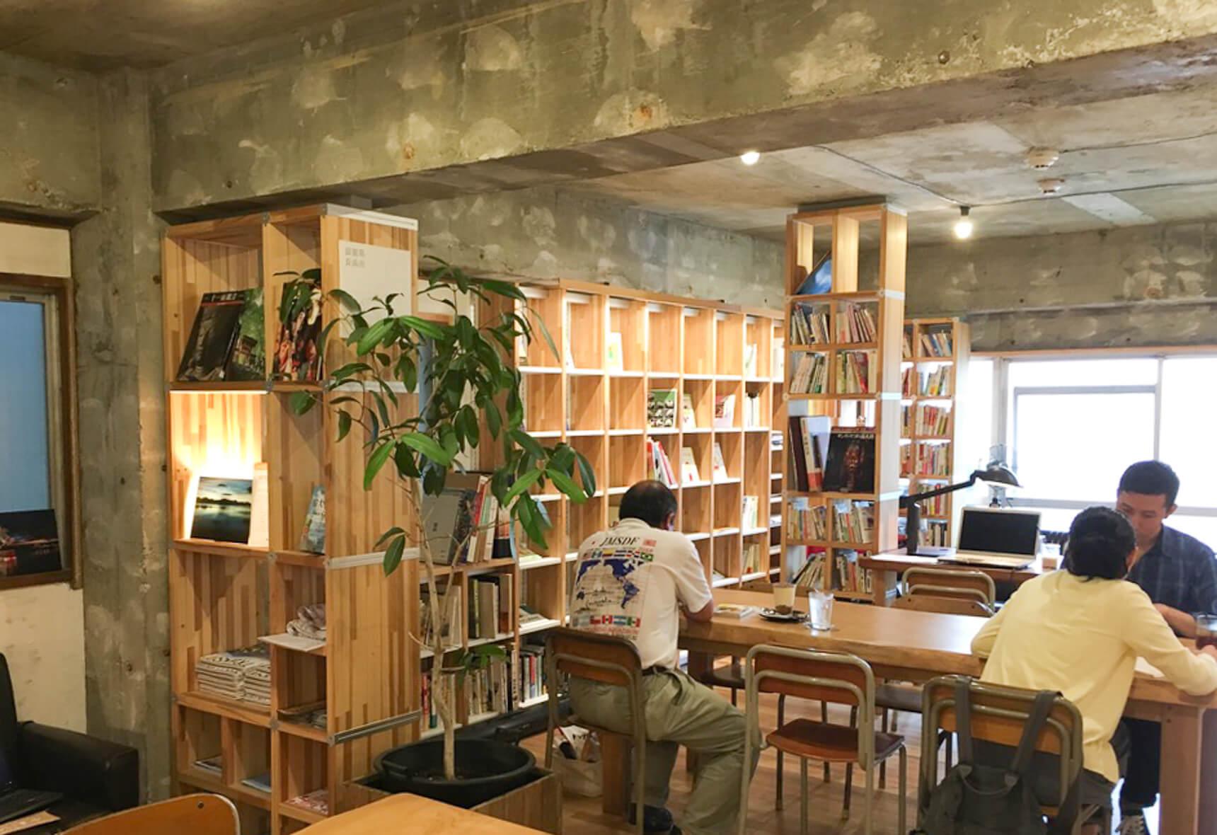 2階はWiFiが無料で使えることもあり、静かに読書する人、打ち合わせをする人など多様な使い方がされていました。