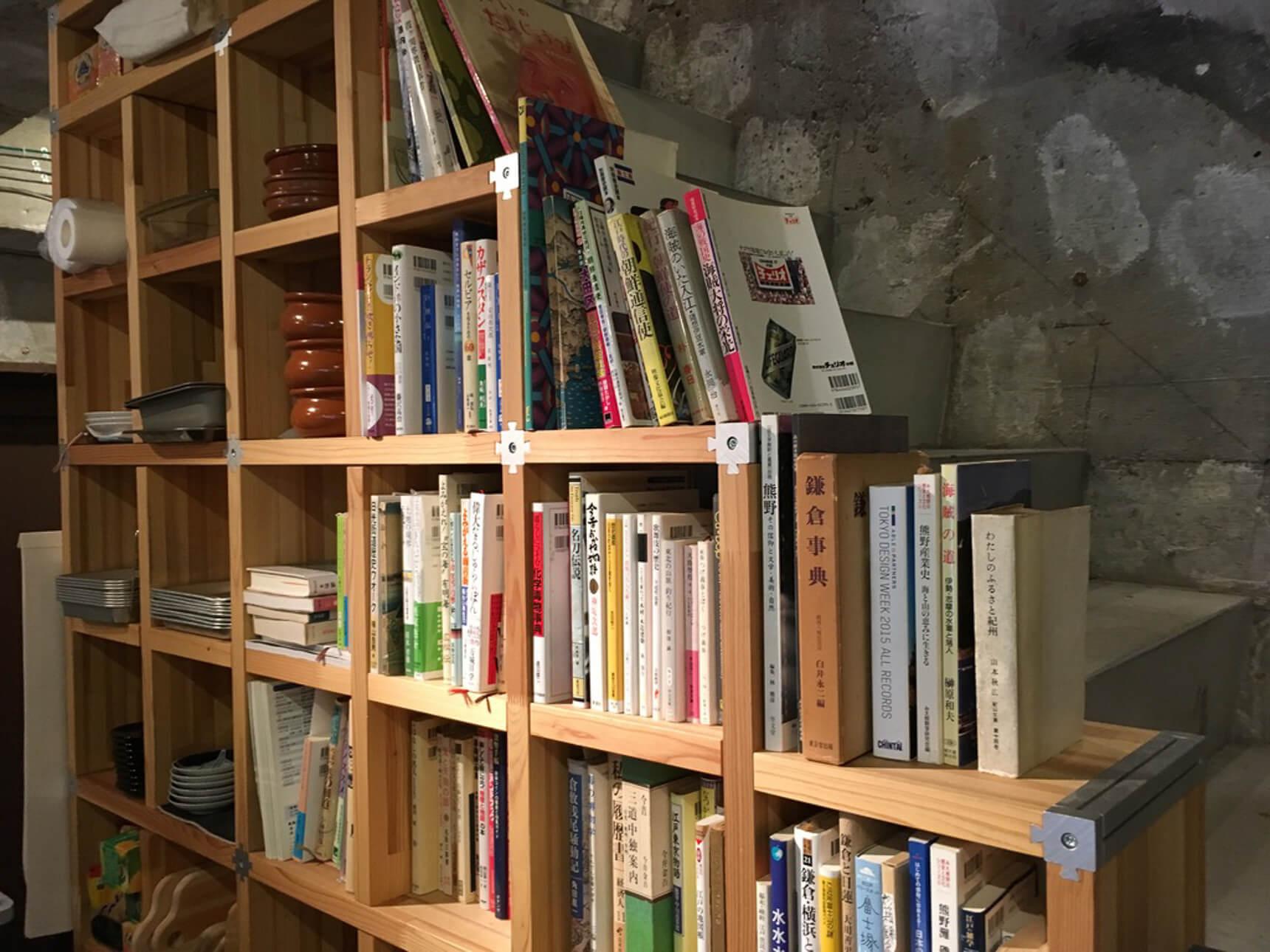 小さなスペースも利用して、テーマに合わせてセレクトされた本がたくさん並びます