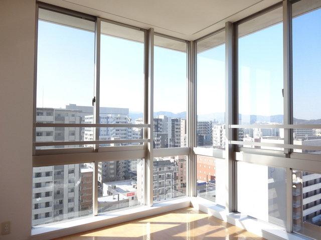 姪浜駅徒歩3分の立地が嬉しいタワーマンション。期待通り、眺望の良さが爽快です。