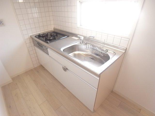 キッチンはガス3口!二人暮らし〜ファミリーにもぴったりですね。