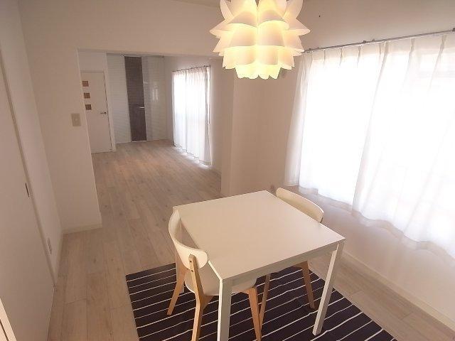 ちょっと珍しい、横に長ーい15畳のLDK。リノベされて、綺麗なお部屋です