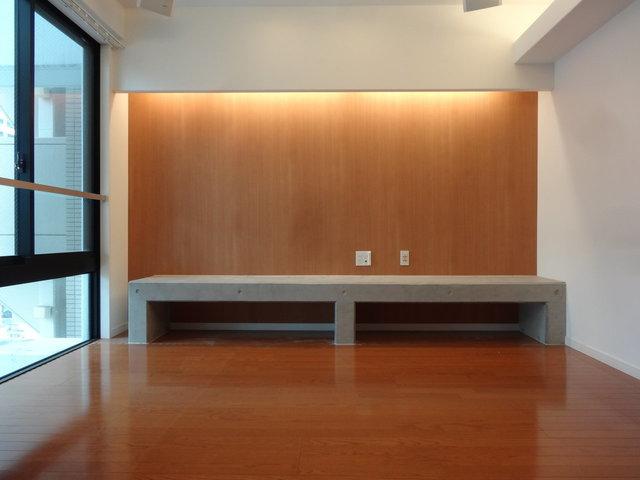 こんなデザイン性抜群の築浅物件があるのも姪浜。間接照明に、低めのカウンターテーブル。天井にはスピーカーまでついてます。※写真は別室です