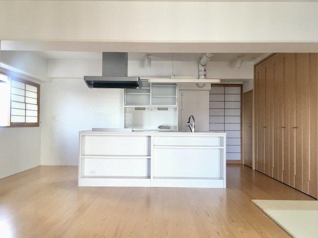 贅沢に空間を使った、20畳超えのLDK、真ん中にはどん、とアイランドキッチン。