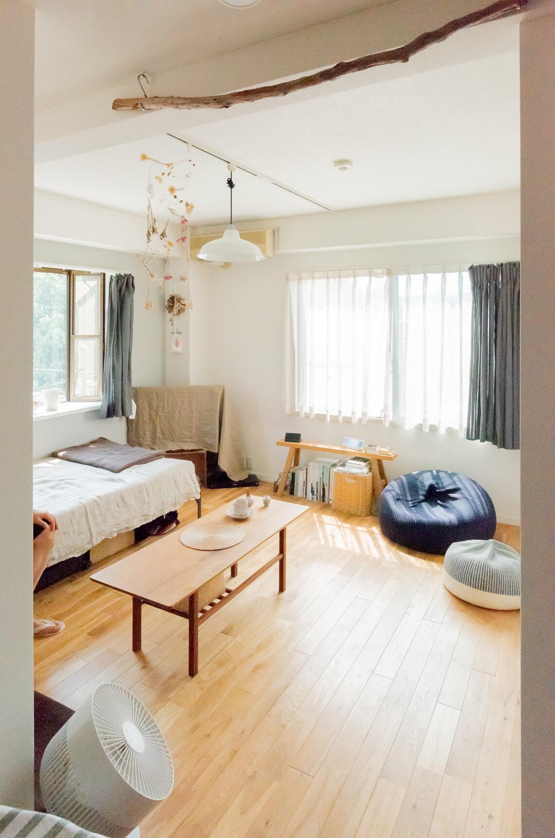 キッチンから居室を見たところ。窓が2面にあって、陽当たり・風通しがとても良い。