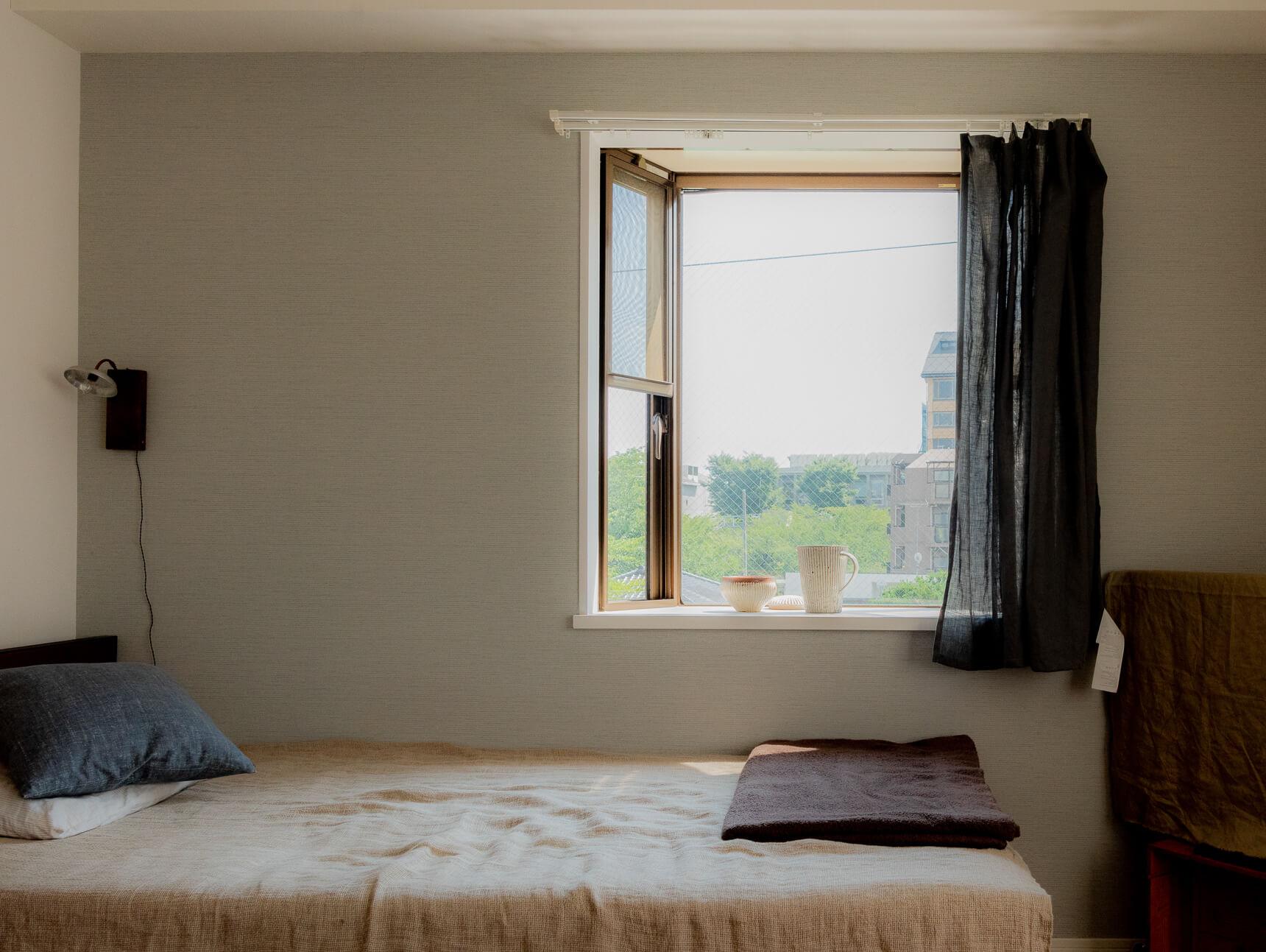 この部屋に住んで3年目。入居を決めたときはリノベ前で「ベッド横壁面のクロスは自分で選びました」とのこと。