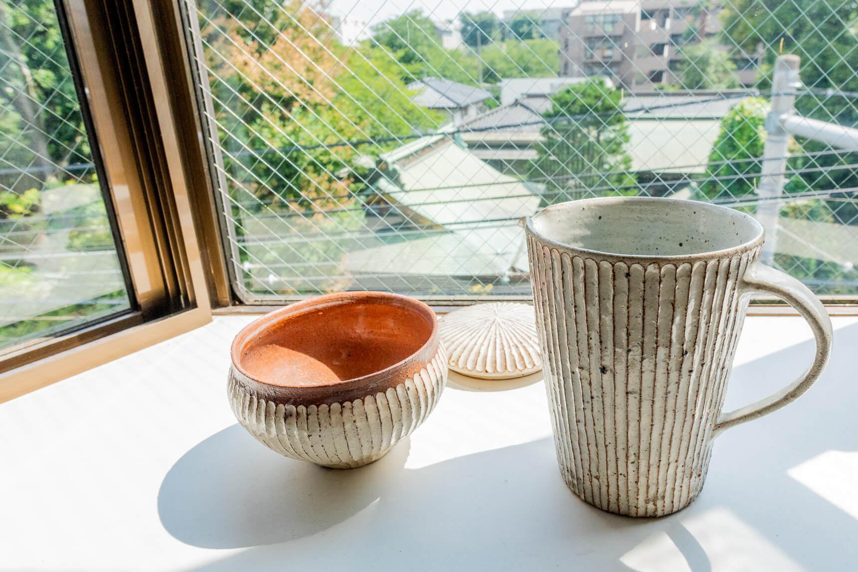出窓に置かれたかっこいい焼き物は、陶芸家である叔母さま作のものだそうだ。すてき。