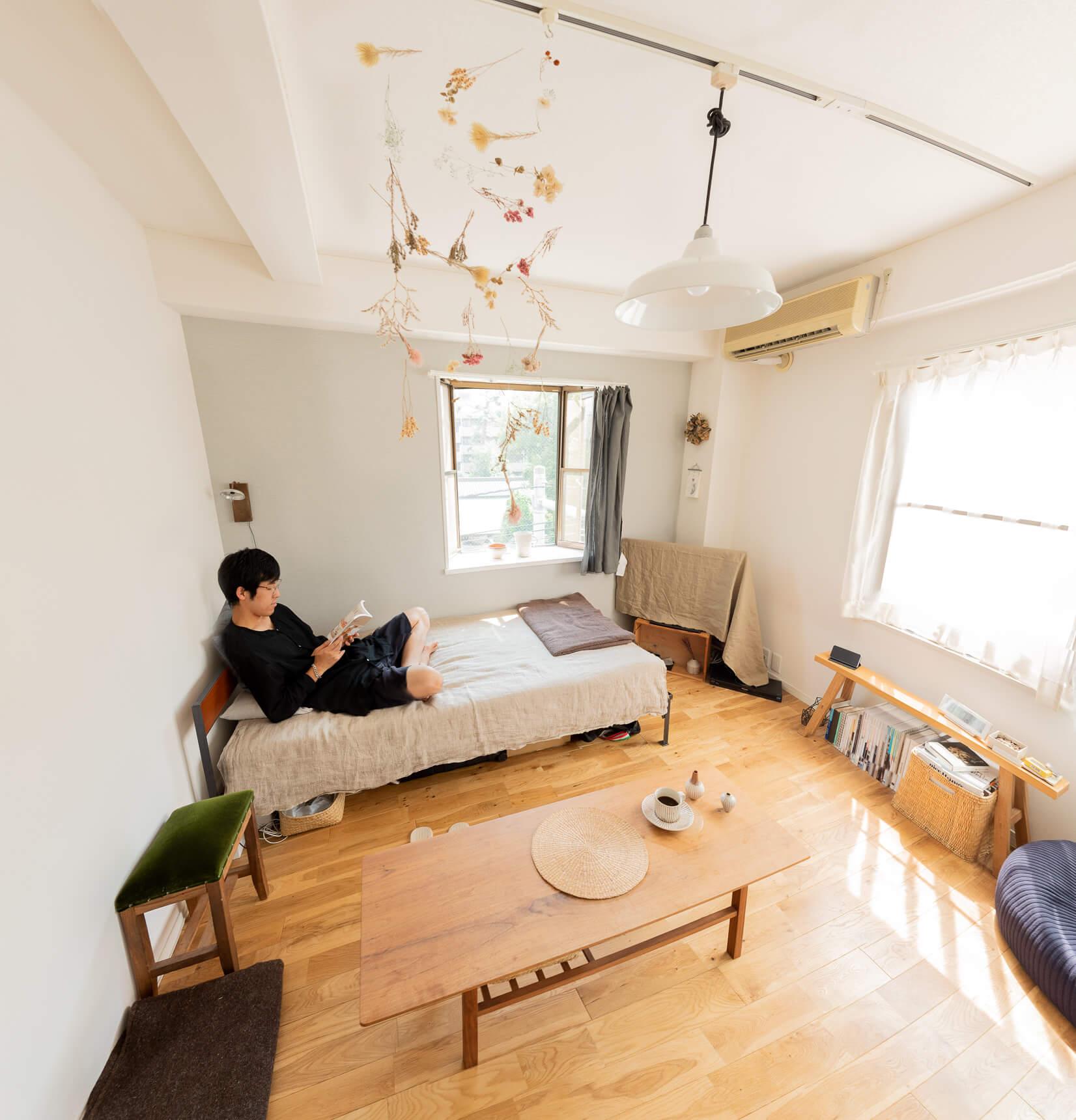 居心地の良いベッドはunicoで購入。シンプルだけどよく見るとあちこち気が利いてるローテーブルは代官山でオーダーしたという。レトロな緑色が映えるスツールは仁平古家具店で見つけたもの。どれもこれもかわいい。