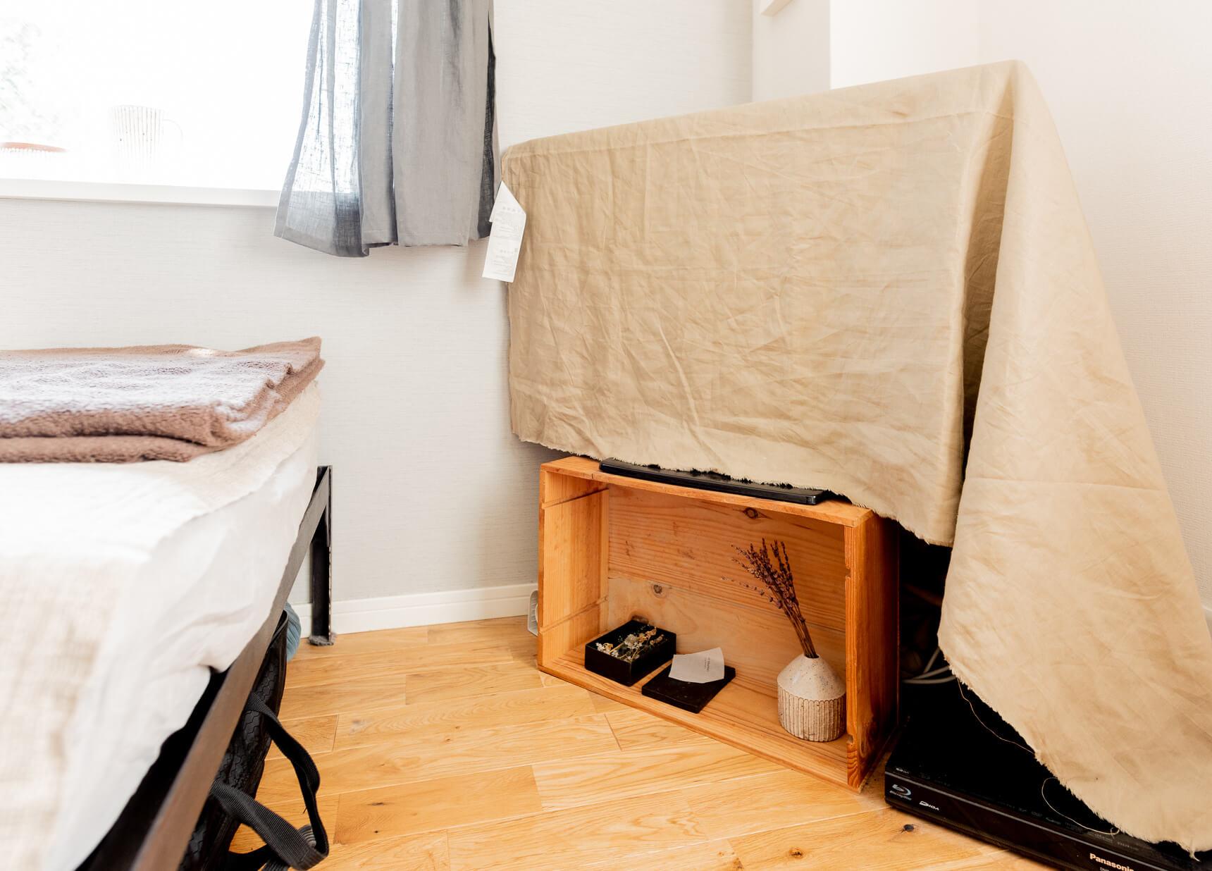 部屋が素敵になればなるほど問題になるのがテレビとテレビ台。テレビって、使ってないときは「真っ黒な平面」なので部屋の雰囲気を壊しがち。昨今大画面化しているのでなおさら。布をかけちゃうの、いいな! と思った。「テレビ台にしてるのはワインの木箱です」