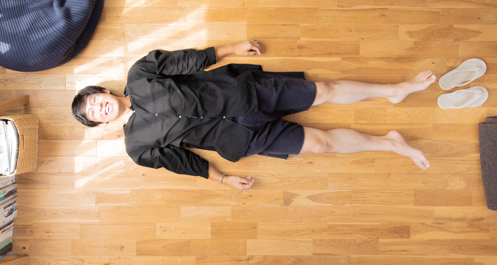 こちらも恒例の「寝っ転がってポートレイト」。「自然体」という言葉がぴったりの三浦さんでした。