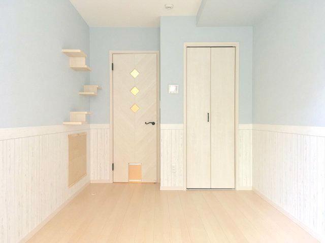 ひとり暮らし向きの1Kのお部屋。できたばかりの新築とあって、設備や内装、申し分なしです。淡いブルーの壁紙が可愛い。