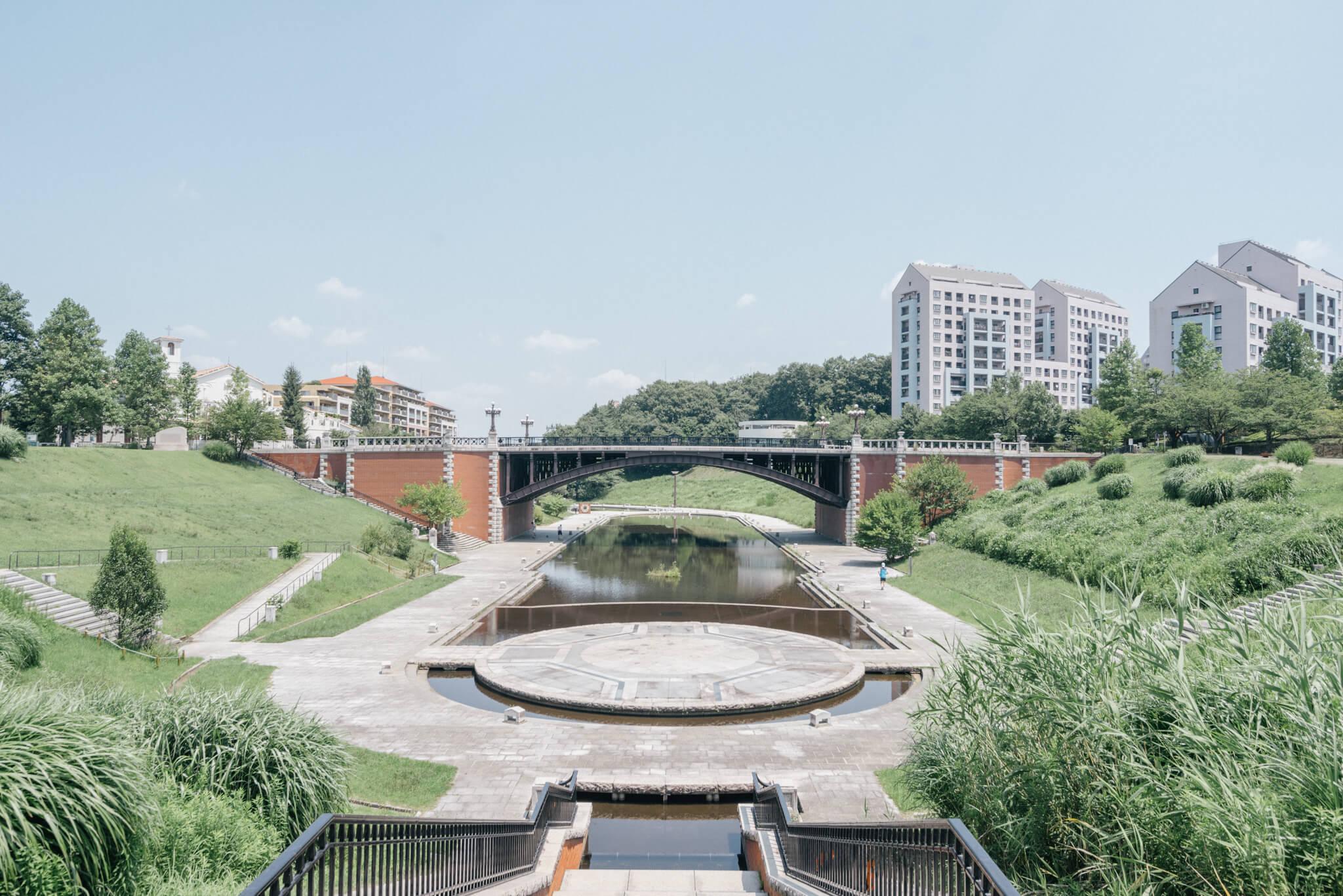 大きな池を中心にした、長池公園。たくさんの植物や昆虫を観察できる雑木林や、水田や畑などもあり、米作りなどの体験ができる「里山クラブ」も活動しています。