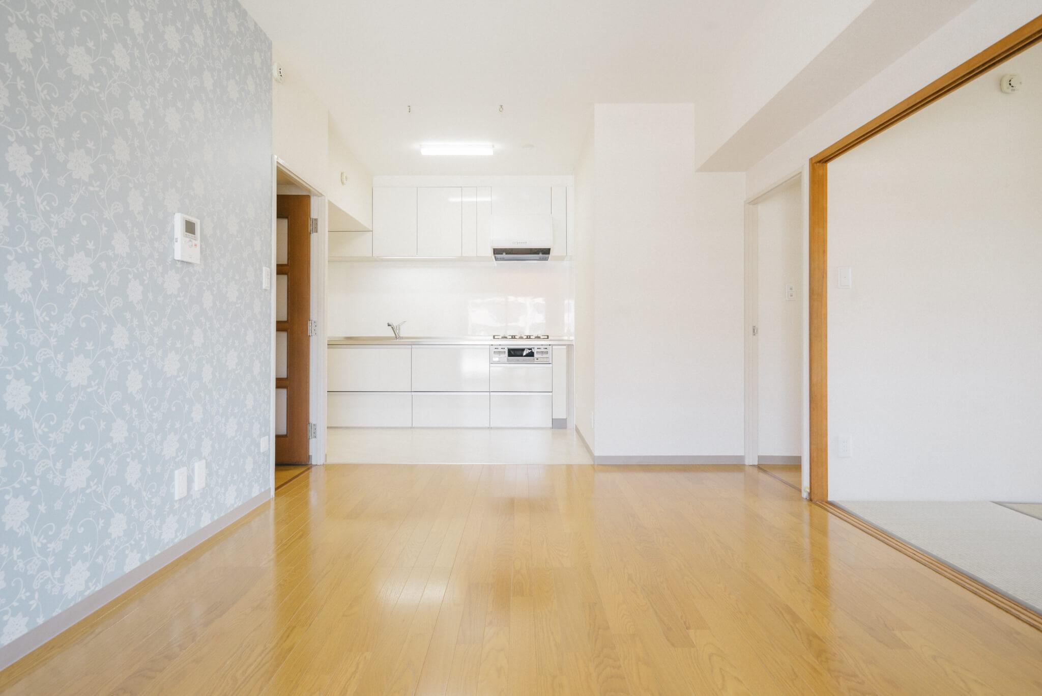 キッチンを含め、11.5畳のLDK。和室との間は引き戸で、開けはなっておくことも出来るので、開放感を感じます。リフォームで張り替えられたアクセント壁紙がカワイイですね。