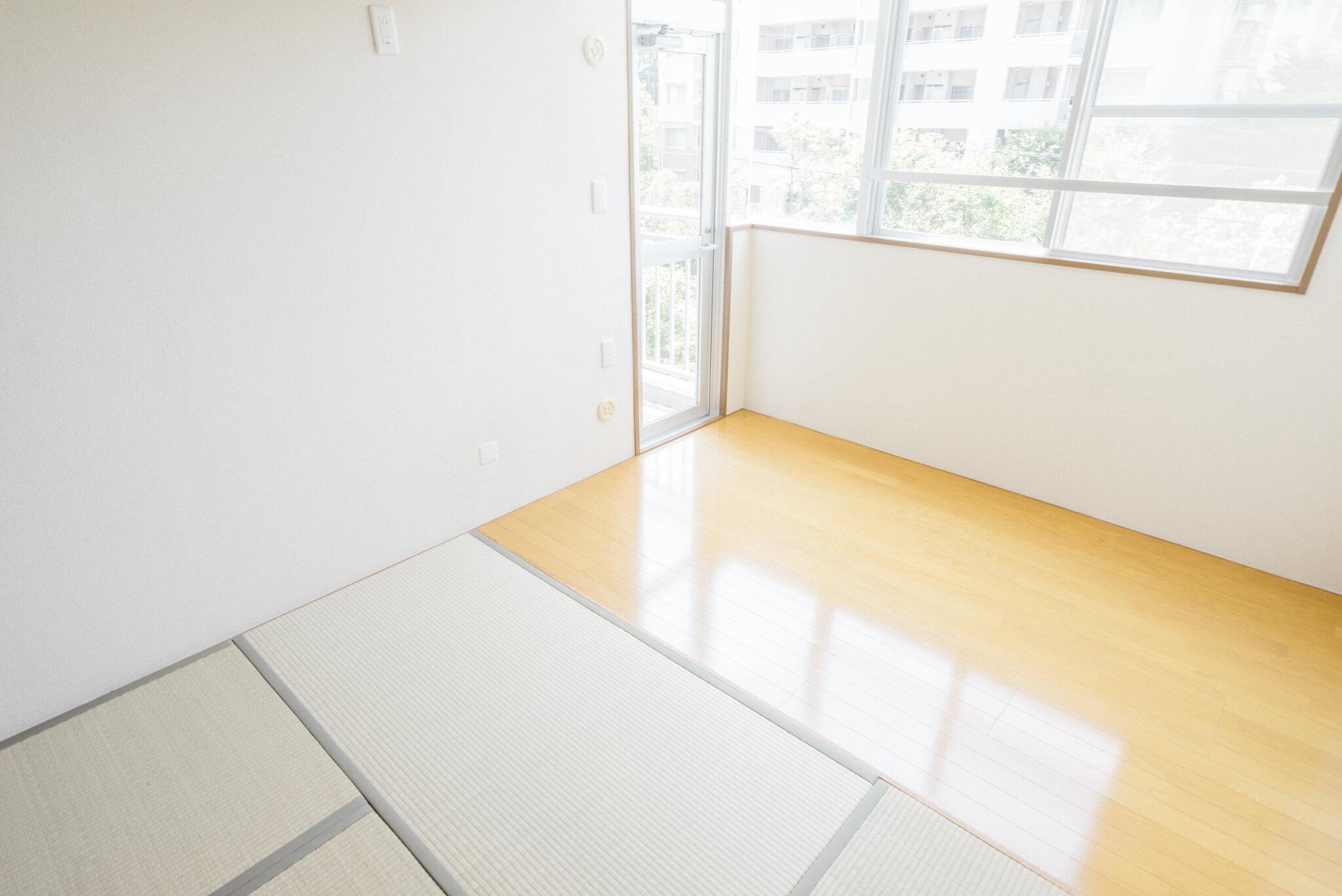 和室の奥は、ちょっとしたサンルームのようなスペースになっていました。天井がすごく高くて、明るいんです。
