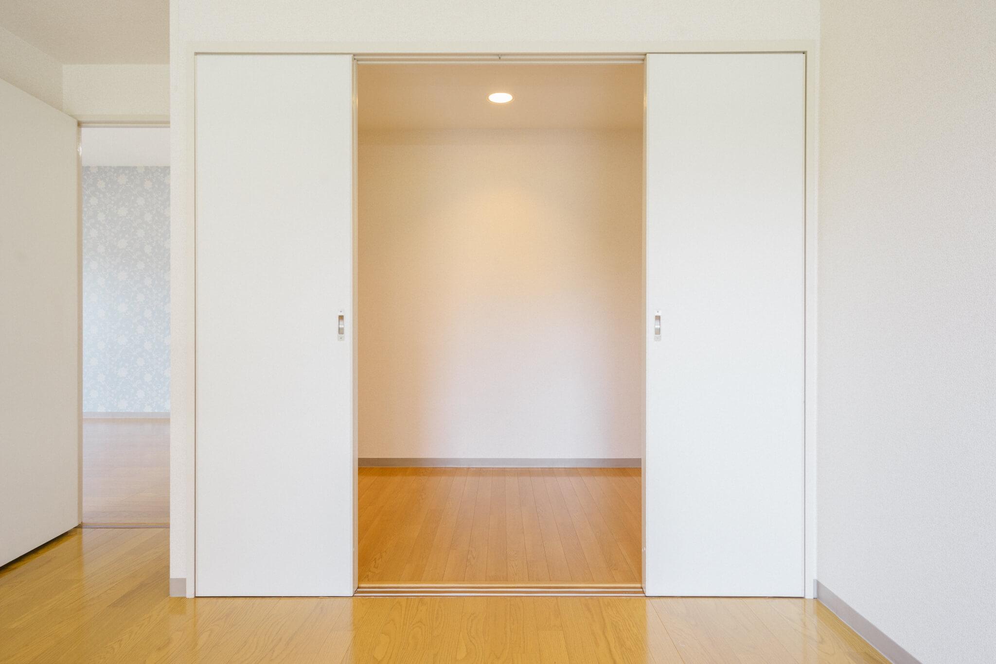 南側の洋室には、もう一部屋あるのかと思うような広いクローゼットが!これはすごい。