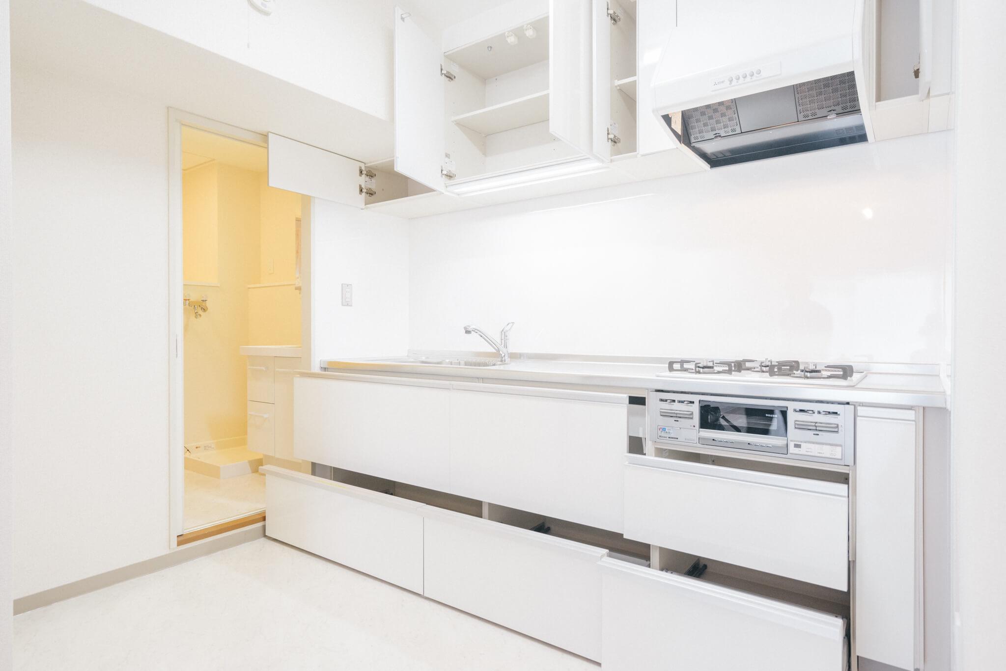 リノベーションで新しくなったキッチンはガス3口。引き出し式の収納もたっぷりで余裕があります。