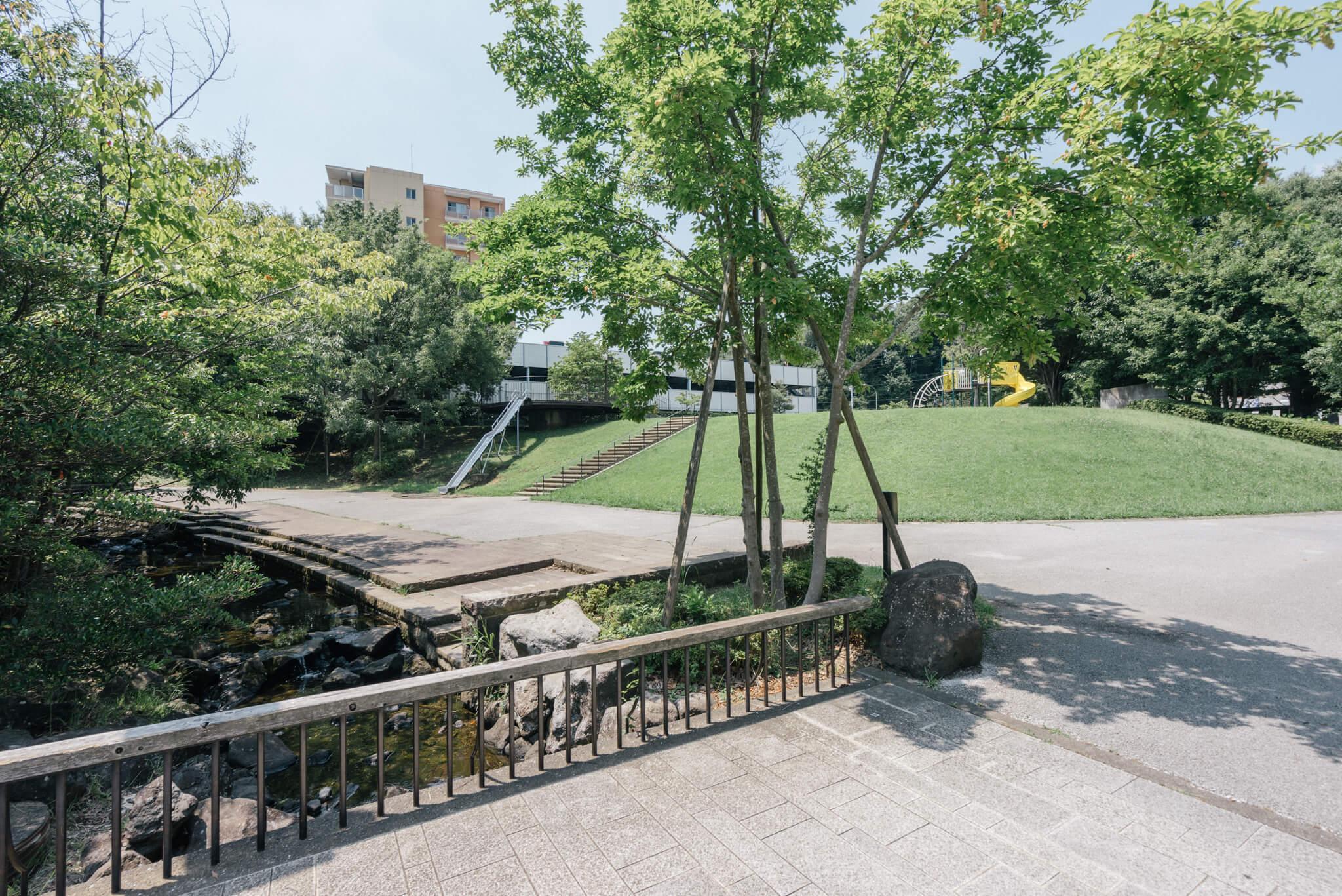 長池公園以外にも、緑道の周囲には小さな広場や、公園など、子どもたちの遊び場となる場所がたくさんあります。のびのび成長できる環境ですね。