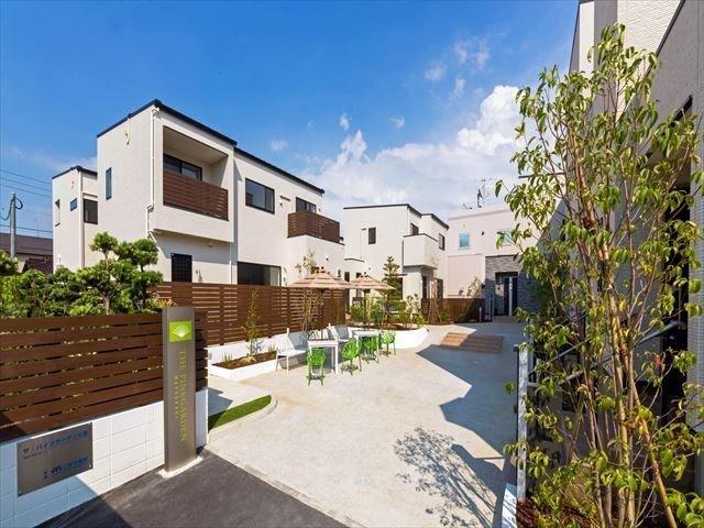海沿いリゾートの気分を満喫できる、新築のテラスハウス。