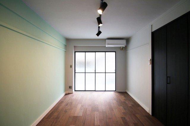壁の色は甘めのグリーン、でも、クローゼット扉やライティングレールが黒なので、引き締まって見えます