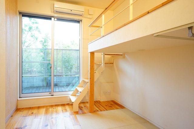 中央線の中でも、お得なお部屋が出没しやすい三鷹〜国立エリア。2012年築の無垢フローリングのワンルームです