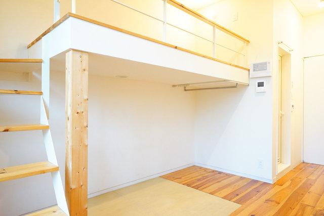 ロフトの下は畳敷きになっていて、ソファを置かなくてもくつろぐことができそう。コンパクトなお部屋だとこういう配慮が嬉しいですね。