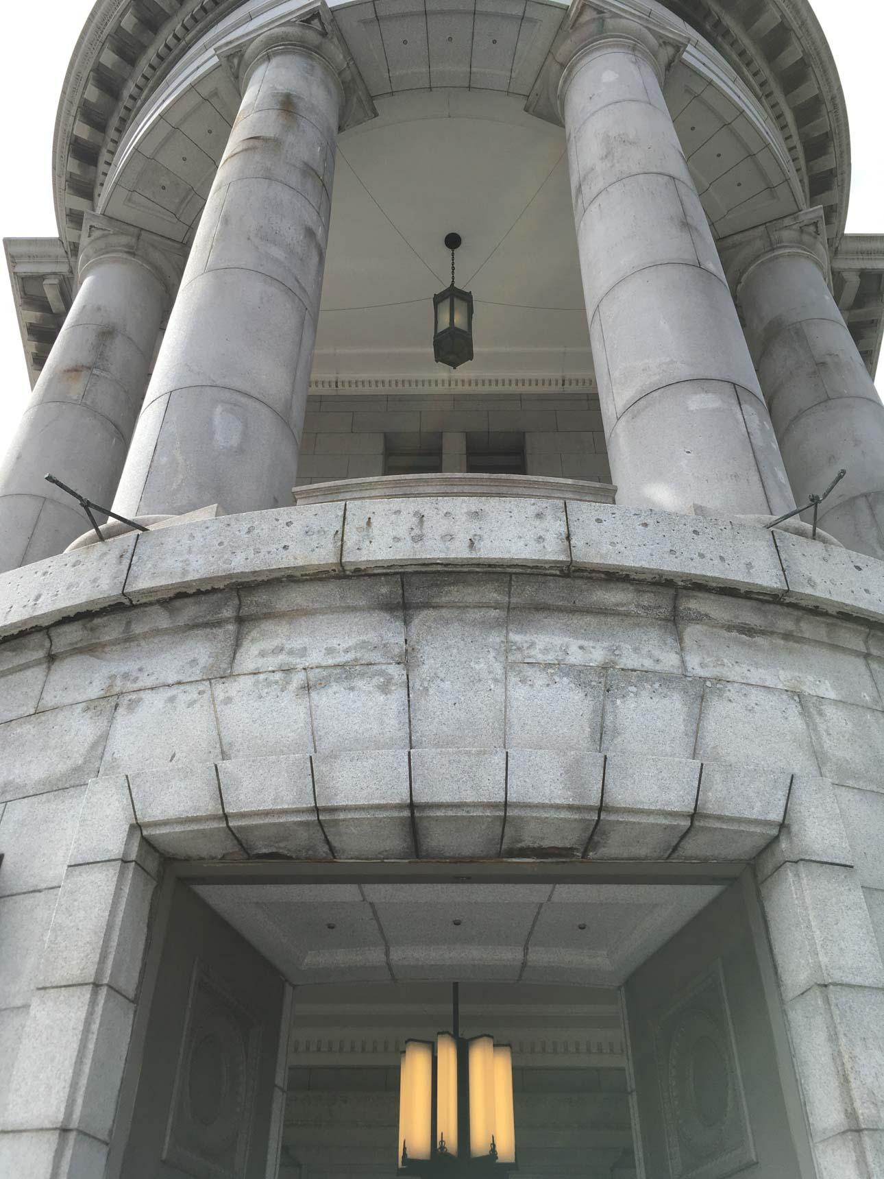 馬車道駅に直結する、重厚な建物。1929年建築の旧第一銀行横浜支店のビルです。
