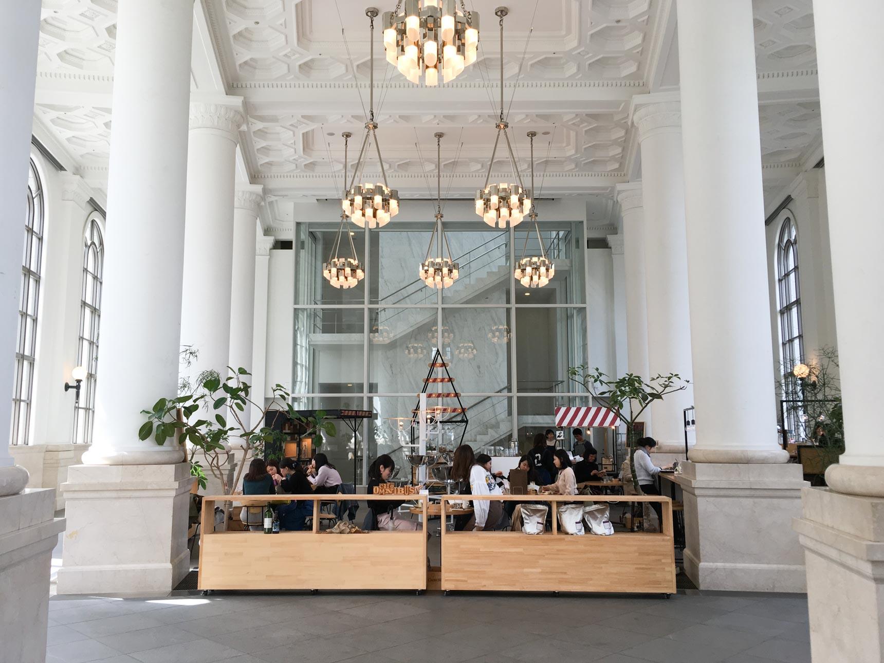 まるで宮殿のような空間で電源&WiFiも使える、横浜のカフェ・オムニバスが素敵です