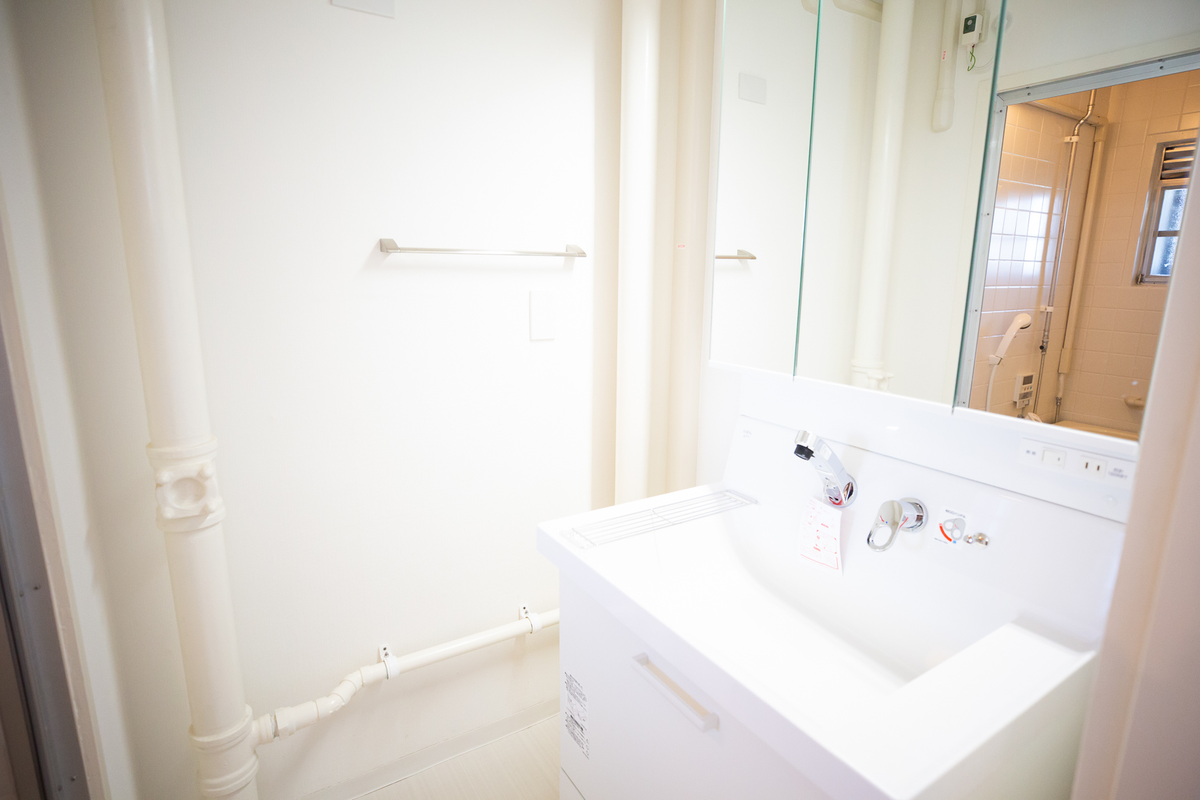 こちらが、新しいタイプの洗面所。幅が広くなって、シャワー水栓も付いています。なるほど、これはプレミアム。脱衣所には新しく引き戸が設置されました。