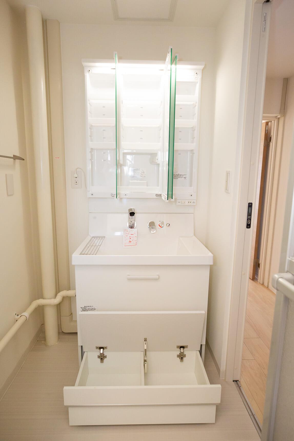 さらに、洗面台の一番下の引き出しは、蓋をすればお子さんが使える踏み台になる、ステップスライドタイプ。収納力もあって一石二鳥。