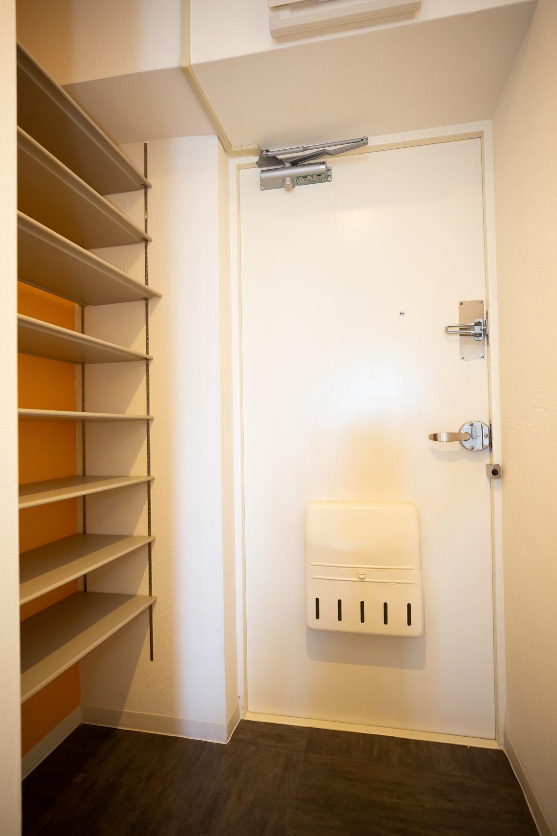 玄関は、棚をはずせるオープンなタイプのシューズクローゼット。棚板を外せば、ベビーカーを置くことも可能です。