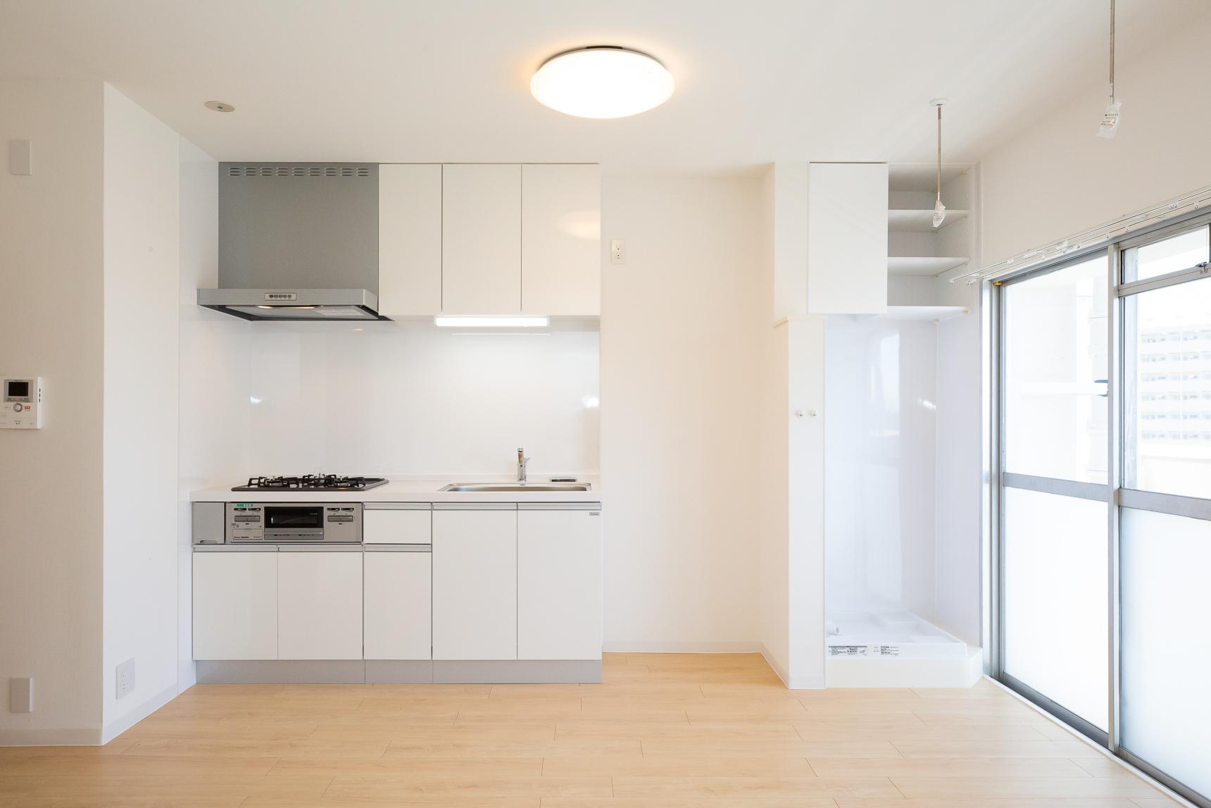 真っ白なデザインが嬉しいキッチンは、3口ガスコンロタイプです