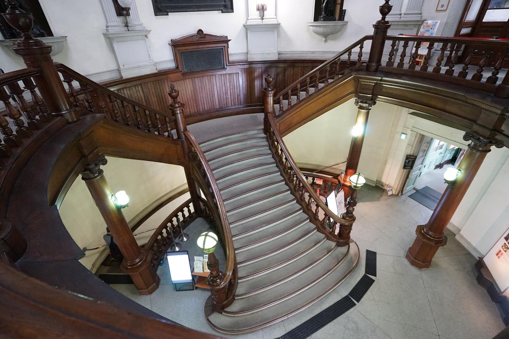 階段がかっこいいですよね。