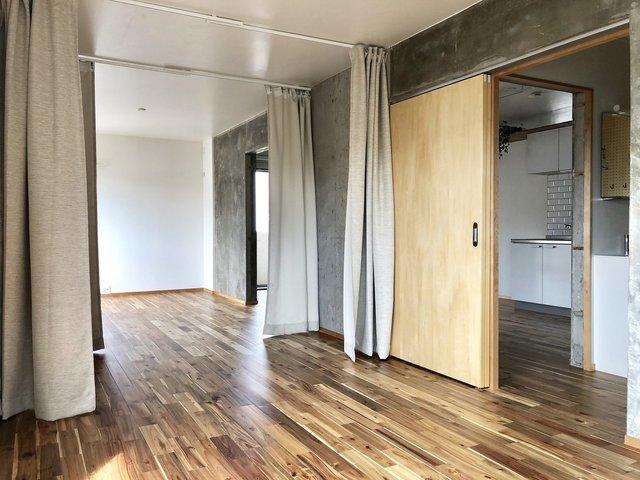 2LDKのお部屋、壁はなく、カーテンで仕切るタイプです。もちろん、仕切らずにワンルームとして使ってもOK。間取りを考えるのが楽しみ。