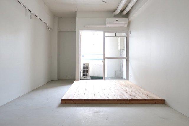 なんだこれは。剥き出しコンクリートに足場板。シンプルの極みのようなお部屋です