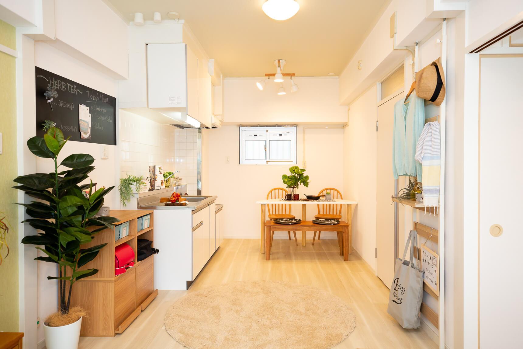 キッチン側も、シンプルな白なのが良いですよね。スペースも十分にあり、大きな冷蔵庫や食器棚も置けそう