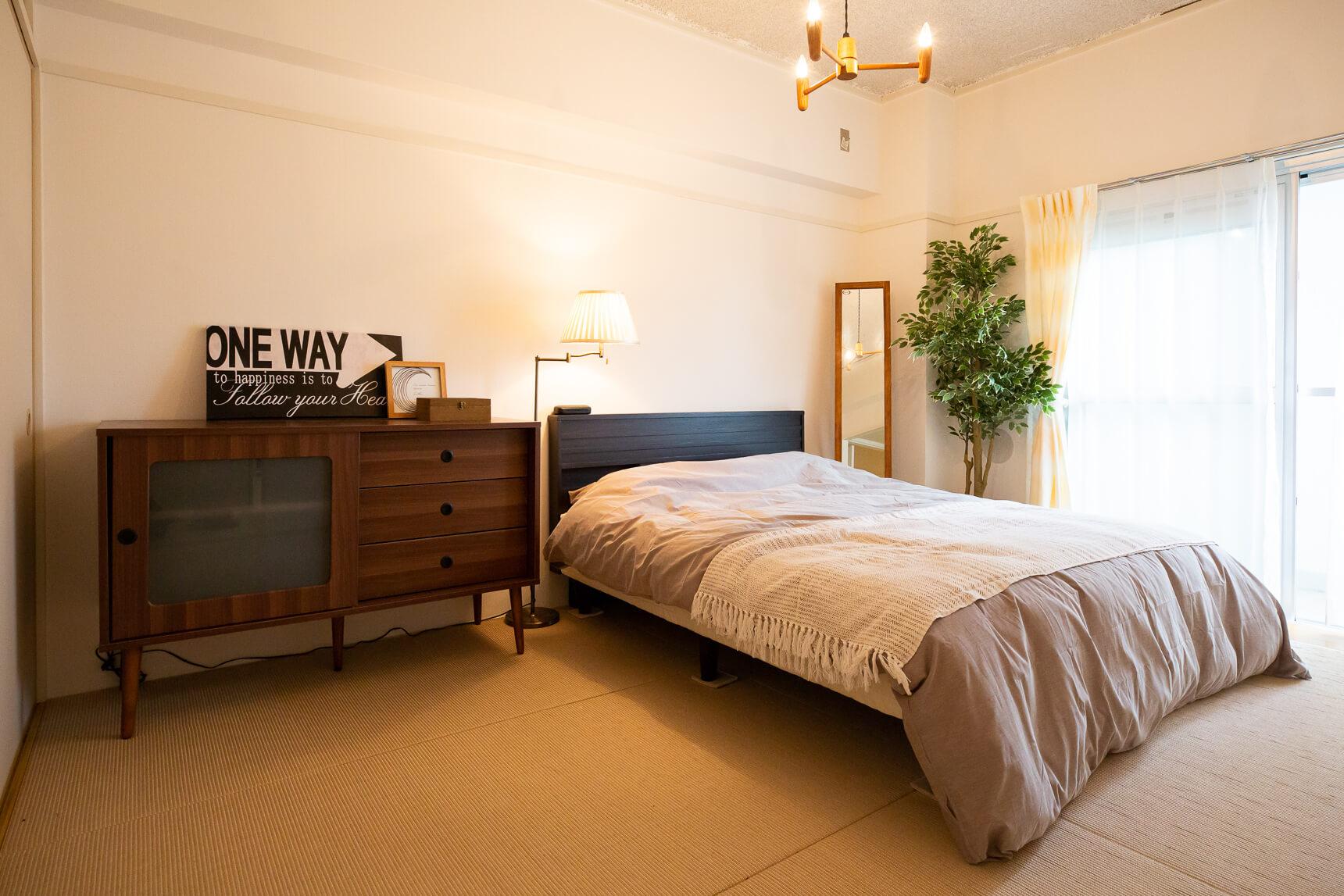 もうひとつの6畳のお部屋は、ゆったりとした寝室に。こちらからもすぐにベランダに出られるのがなかなか良いです
