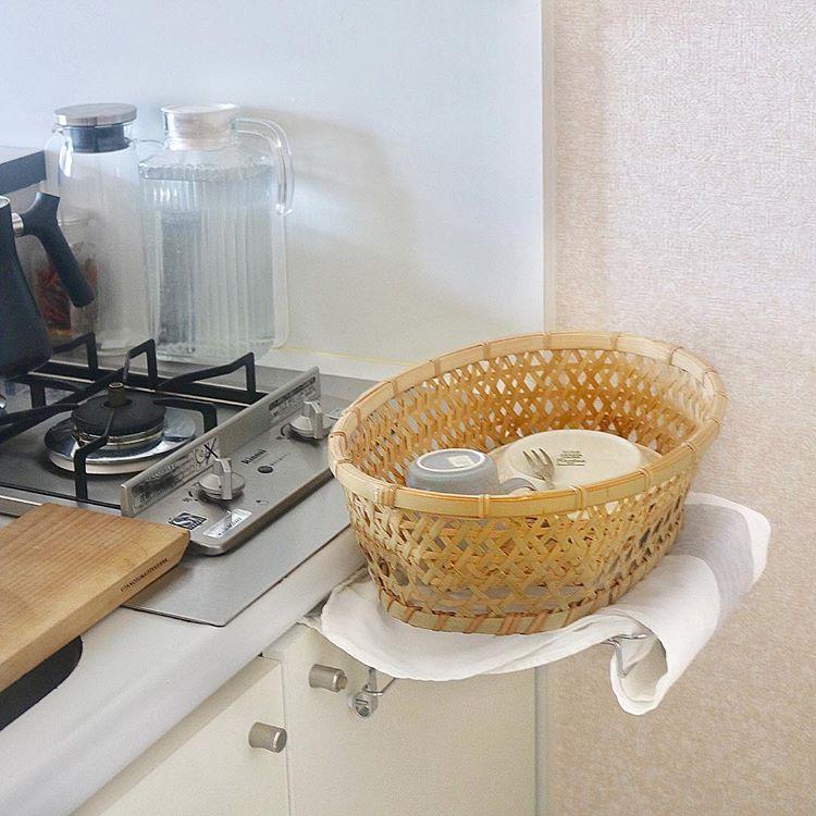 コンロとシンクの間に作業スペースがない場合のアイディア商品。90度起こせば補助テーブルになるタオルハンガーです。(このお部屋はこちら)