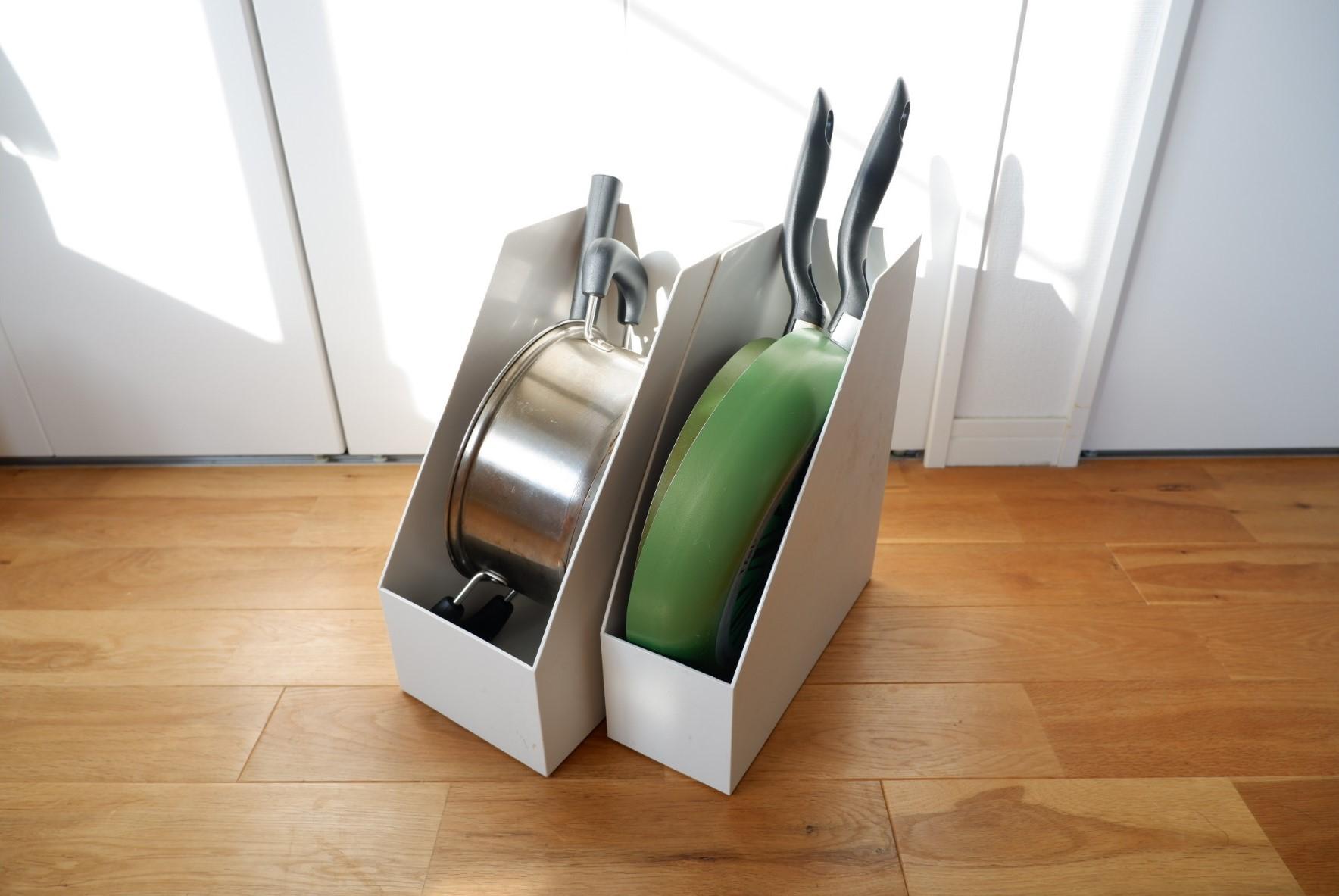 しまおうと思うと場所を取る、鍋やフライパンの収納。そんな時意外に使えるアイテムが無印良品の「スタンドファイルボックス」。鍋やフライパンをすっぽり立てられるので、シンク下や引き出しにしまいやすくなりますよ。(アイテム紹介はこちら)