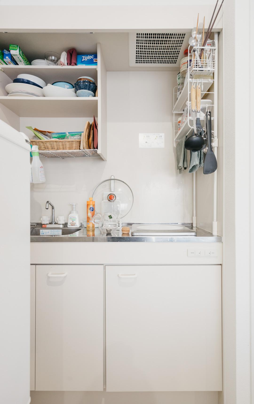 狭いキッチンで強い味方になってくれるのが突っ張り式の収納棚。油はねを避ける高い位置に棚がついているものが便利です。(このお部屋はこちら)