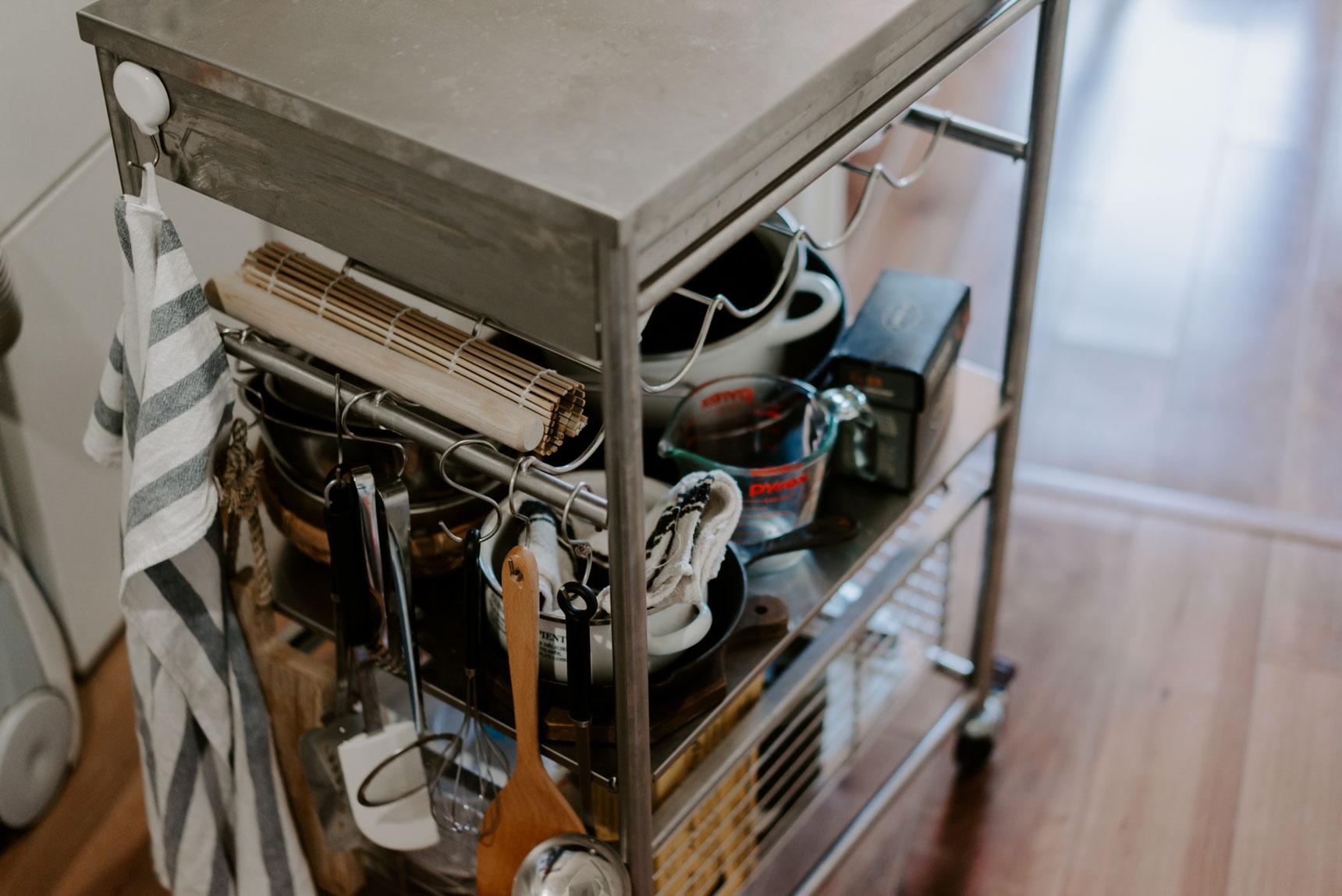 こちらはIKEAのステンレスタイプのワゴン。キッチンが狭い場合は、ふだんは居室内に置いておき、使う時だけ移動させてくるのもありです。(このお部屋はこちら)