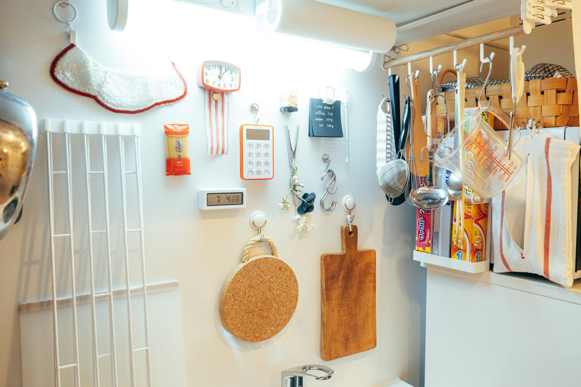 キッチンの壁は、マグネットがつけられるタイプのものもあります。小さなものはしまわず、全てフックにかけておくのもアリ(このお部屋はこちら)