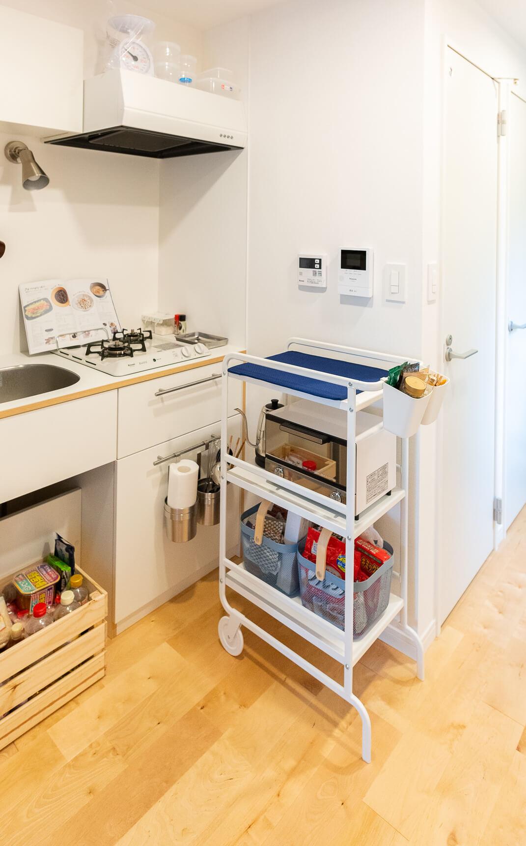 収納にもなり、上は作業台にもなるキッチンワゴンは、狭いキッチンの強い味方。大谷さんのお部屋では、IKEAのキッチンワゴンにシートを載せて、水切り用のスペースとして活用していました。(このお部屋はこちら)