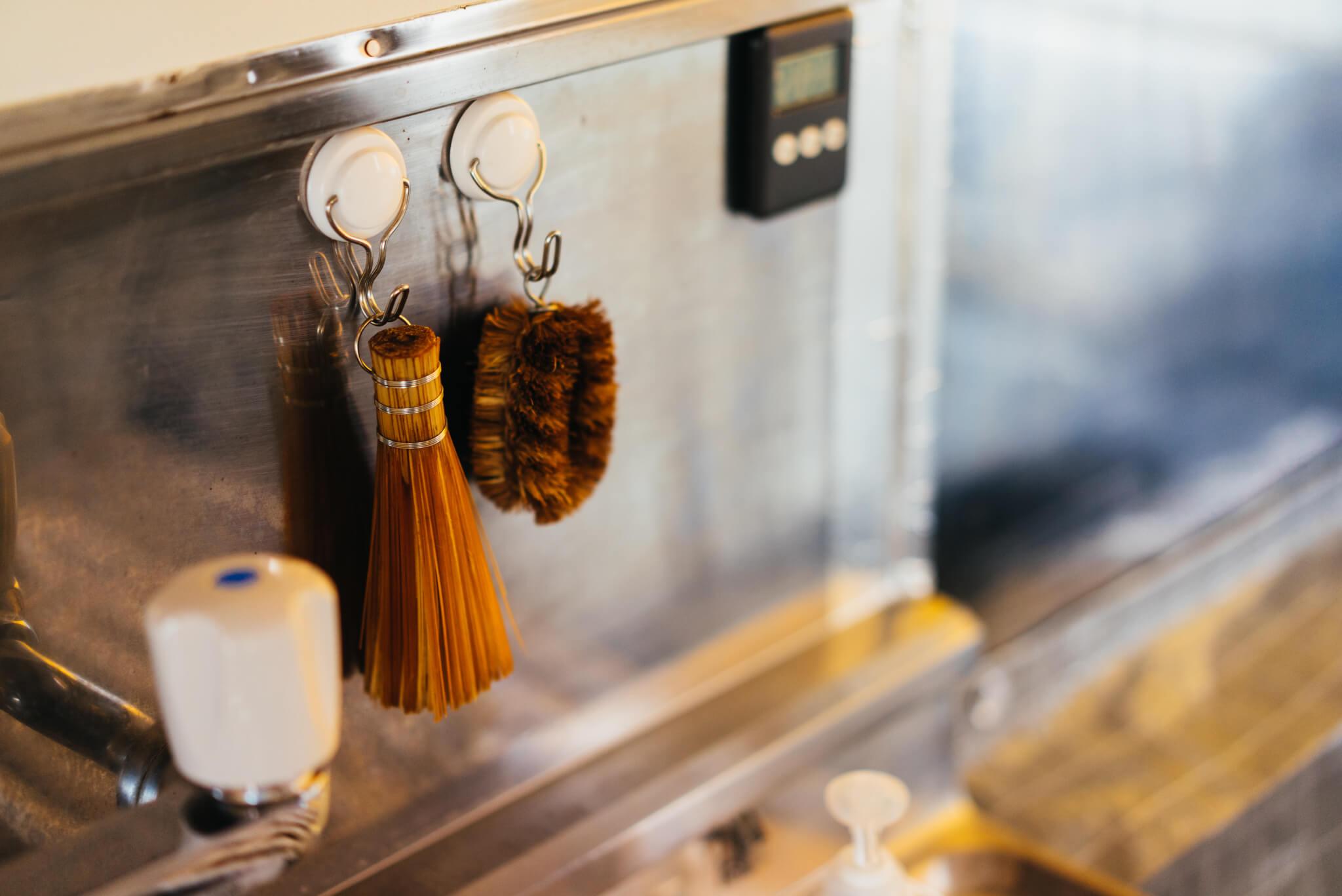 整理収納アドバイザー、小林由未子さんのキッチンでは、100円ショップで購入したフックやつっぱり棒を使って、いつも使うものの指定席を用意(このお部屋はこちら)