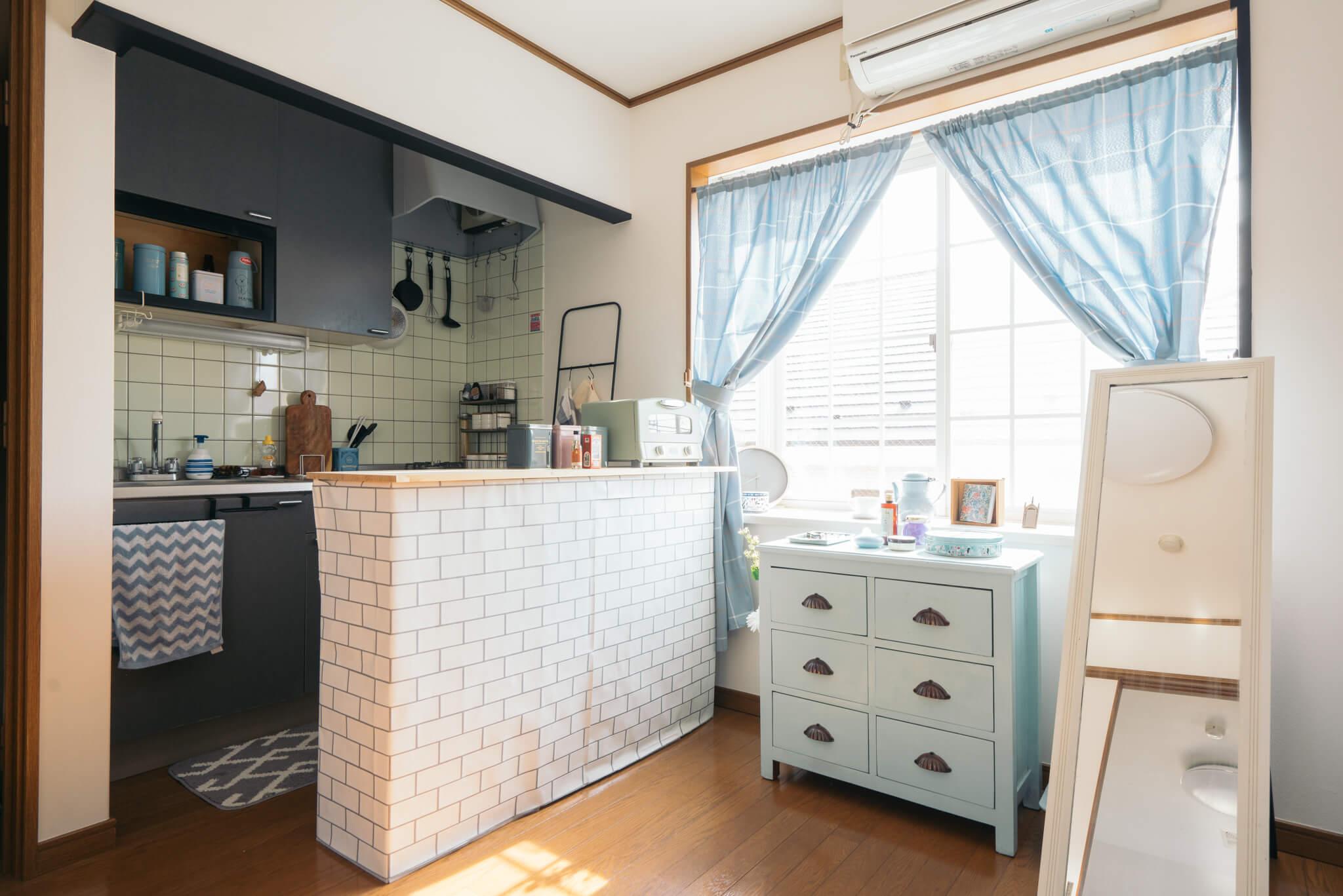 もしキッチンの前のスペースに余裕があるなら、カラーボックス&ホームセンターの板を使って、キッチンカウンターを自作するという手も(このお部屋はこちら)