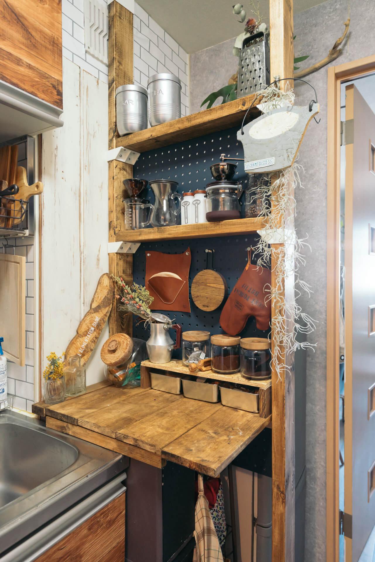 冷蔵庫とキッチンの間の微妙な隙間も、天井と床とでつっぱるキットを買って収納を自作!(このお部屋はこちら)