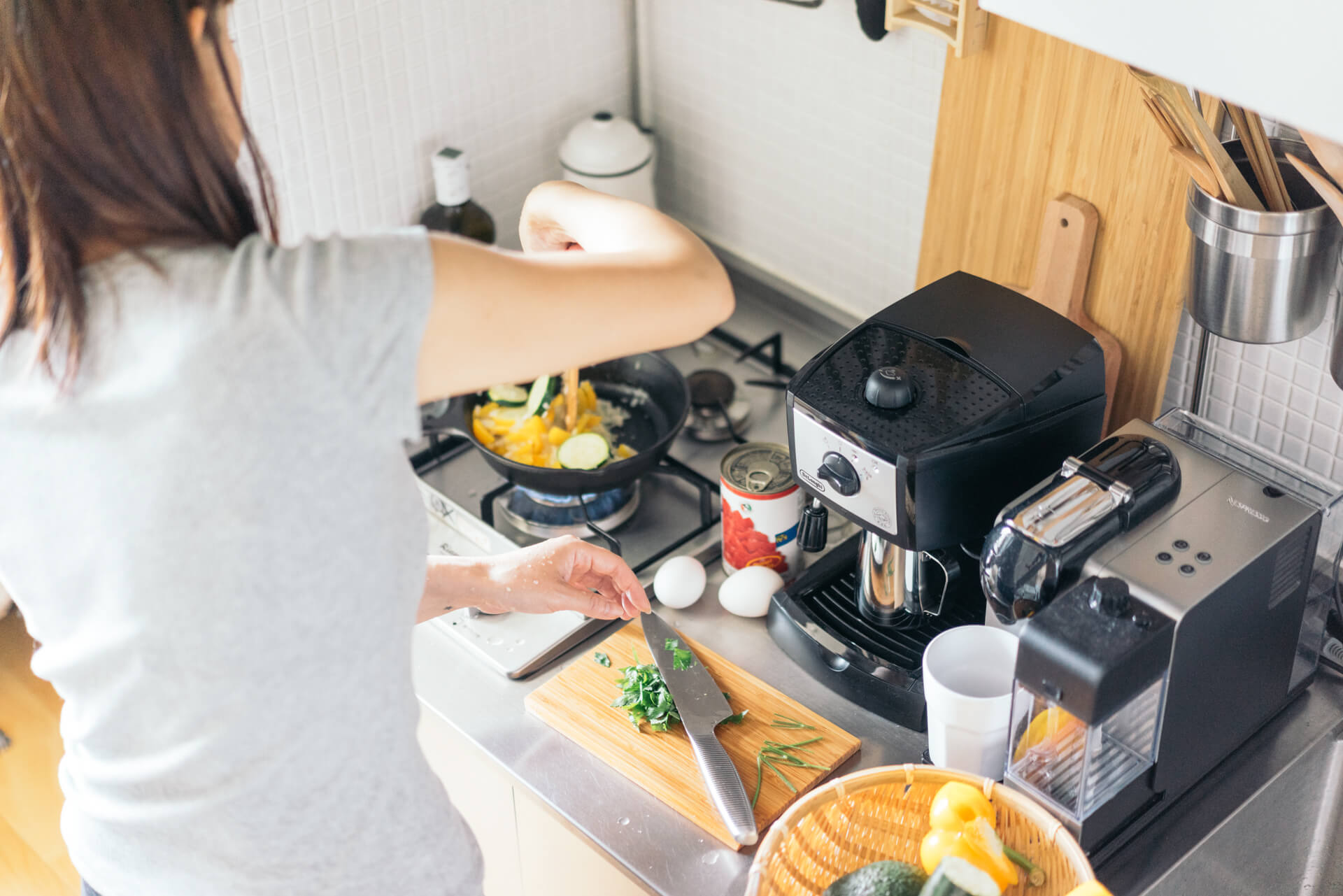 伊藤愛子さんのお部屋では、フライパンもまな板も、少し小さいひとり暮らしサイズのものを愛用。小さなスペースを活用して、あっという間に一人分の料理を完成させます。