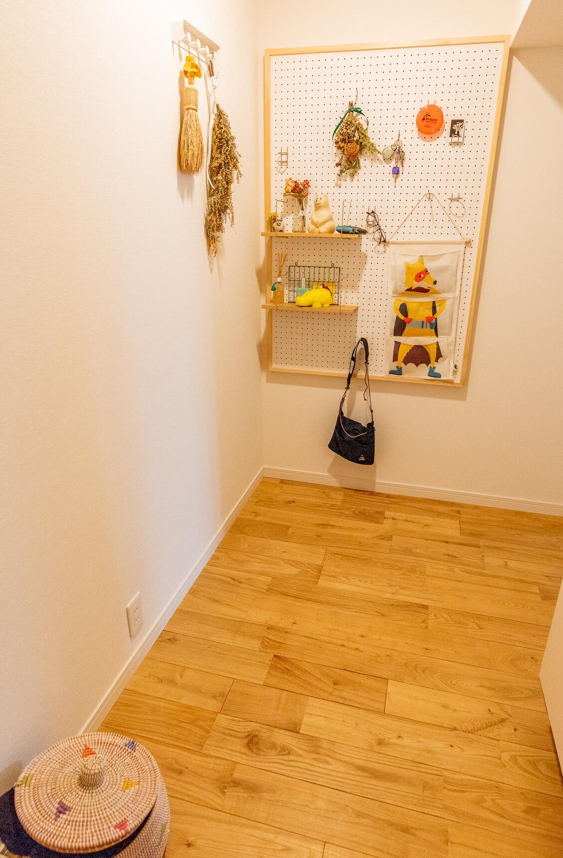 玄関から入って最初に目にする広めの廊下はライトな色合。部屋とのコントラストにぐっとくる。